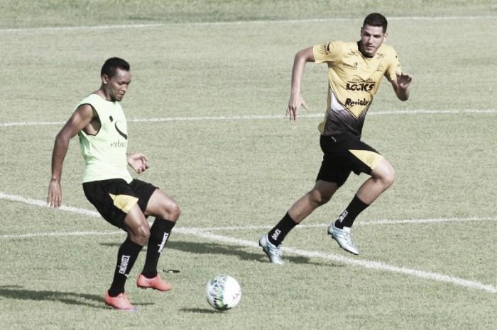 Com desconforto muscular, Alex Maranhão desfalca Criciúma diante do Metropolitano