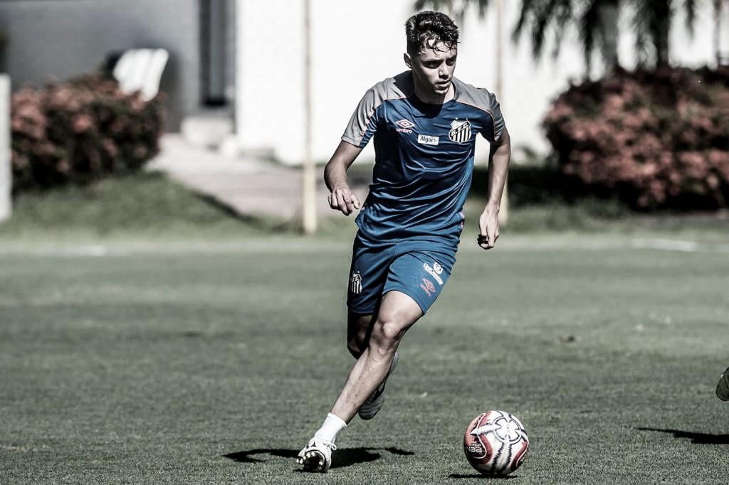 Matheus Ribeiro é reforço da Chapecoense, que cede atleta da base ao Santos