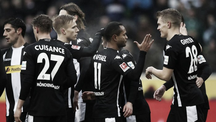Thorgan Hazard brilha, Borussia Mönchengladbach supera Augsburg e entra no G-4