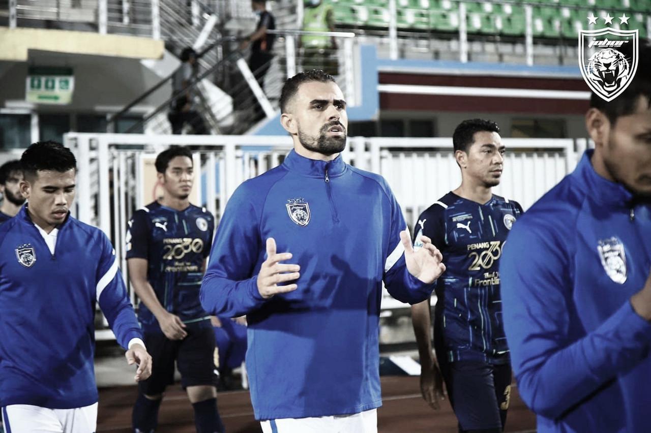 Titular absoluto do Johor, Maurício destaca trabalho intenso para manter equipe na liderança