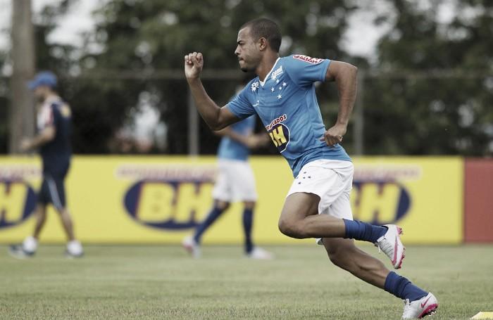 Exames detectam lesão na tíbia da perna direita de Mayke e jogador vira desfalque no Cruzeiro