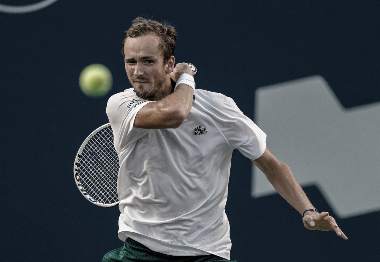 Medvedev supera jogo duro contra Hurkacz e garante vaga nas semis em Toronto