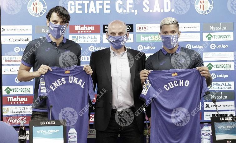 """Enes Ünal y """"Cucho"""" Hernández posan con la camiseta del Getafe en su presentación oficial/ Fuente: Getafe CF"""