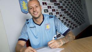 Alan Hutton renueva con el Aston Villa tras su retorno