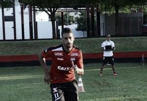 Volante Michel chega a Porto Alegre e realiza exames antes de anúncio do Grêmio