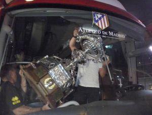 El Atlético deja en Cádiz el Trofeo Carranza porque no cabe en el autobús