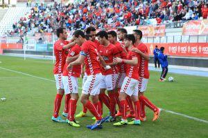 El Real Murcia remonta y se mantiene arriba