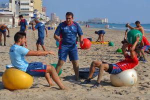 La plantilla del Granada trabaja en la playa de La Manga
