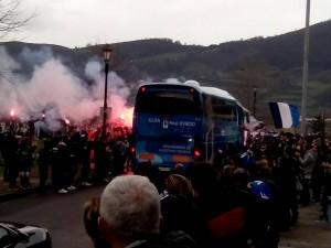 El Real Oviedo emprende camino a Lugo arropado por medio millar de oviedistas
