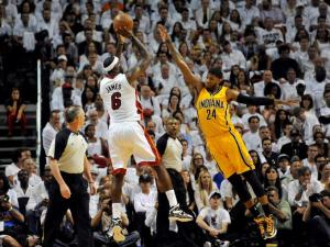 James leads the Heat to thriller win