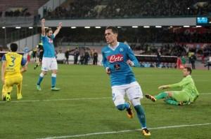 Il Napoli c'è eccome: tris ad un ottimo Chievo. Juventus agganciata almeno per una notte