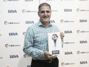 Paco Herrera recibe el premio de mejor entrenador de noviembre