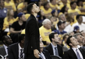 Stephen Curry no sufre lesión grave y podría volver para el tercer partido