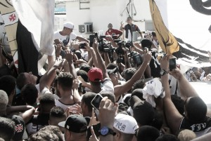Torcida vascaína faz recepção esmagadora para Luís Fabiano