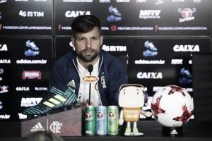 """Diego projeta clássico contra Botafogo e elogia motivação de Rueda: """"Contagiante"""""""