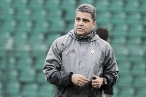 """Marcelo Cabo lamenta falta de organização após gols sofridos em sequência: """"Desequilibrou muito"""""""