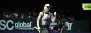 """Com direito a """"pneu"""", Wozniacki domina Halep e praticamente se garante na semifinal do WTA Finals"""