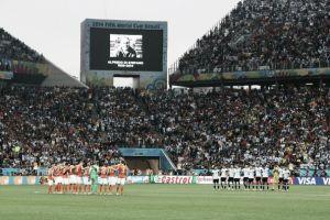 Minuto de silencio en memoria de Di Stéfano antes del Holanda - Argentina