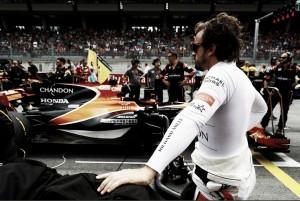 """Fernando Alonso, tocado en Spielberg: """"Están jugando a los bolos"""""""