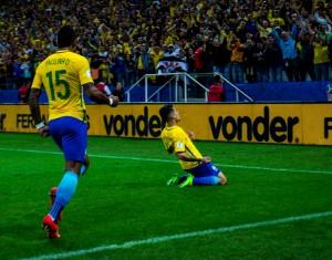 Neymar marca golaço, Brasil vence Paraguai e se classifica à Copa do Mundo