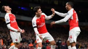 Sale in cattedra Özil, Arsenal in testa alla Premier