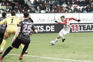 Com dois de Finnbogason na reta final, Augsburg arranca empate contra Freiburg