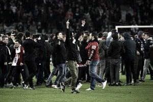 La paix est finie: torcida do Lille invade gramado após empate com Montpellier