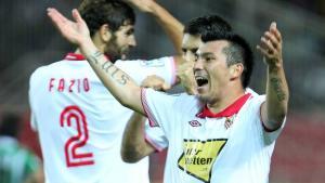 El Sevilla pone a Medel en el escaparate