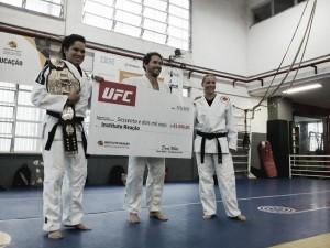 Campeã do UFC, Amanda Nunes realiza doação ao Instituto Reação e encoraja jovens