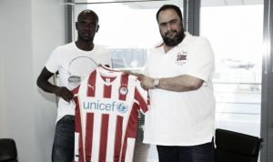 Eric Abidal signe à l'Olympiakos