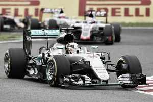 Mercedes culpa al embrague de las malas salidas de Lewis Hamilton