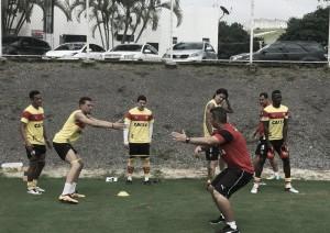Elenco do Vitória trabalha sem bola como preparação para duelo contra Ponte Preta