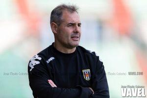 Ángel Alcázar continuará como entrenador del Mérida