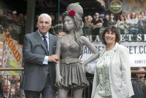 La estatua de Amy Winehouse ha sido presentada