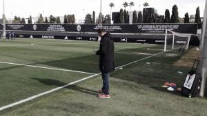 Anil Murthy observa el entrenamiento del Valencia de cara al partido frente al Betis