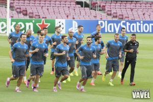 Toma de contacto del APOEL con el césped del Camp Nou