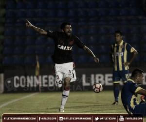 Lucho González decide, Atlético-PR vence Deportivo Capiatá em jogo tenso e avança na Libertadores