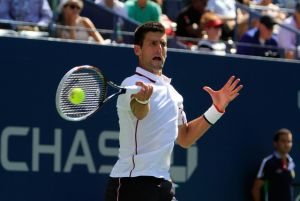 Djokovic pasa a tercera ronda sin apuros