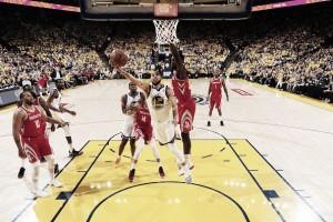 Em noite inspirada de Curry, Warriors atropelam Rockets e tomam frente na final do oeste