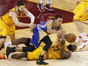 """NBA Finals, 2-1 Cavs: LeBron """"Possiamo migliorare"""", Kerr """"Non mi è piaciuto l'approccio"""""""