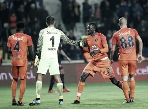 Adebayor marca três, Basaksehir goleia Galatasaray e encosta na liderança