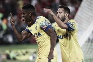 Com pênalti no fim do jogo, Flamengo bate Coritiba e volta a vencer
