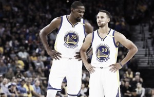 Curry y Durant se llevan una intensa batalla en Toronto
