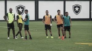 Botafogo treina finalização e técnico faz mudanças no time