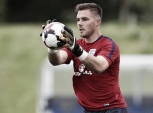 Goleiro do Stoke, Butland fratura dedo em treino e é cortado da Seleção Inglesa
