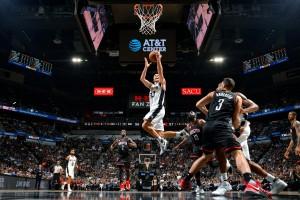 Com toco de Ginobili em Harden no último lance, Spurs vencem Rockets na prorrogação