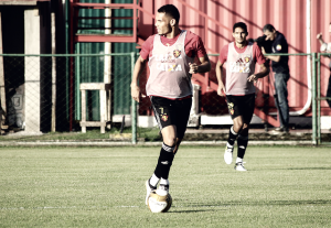 Zagueiro Néris volta aos treinos após se recuperar de lesão e vira opção para Luxemburgo