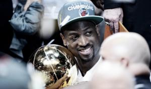 Once temporadas y tres títulos después, Wade renueva con Miami