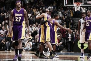 Kobe Bryant y un gran juego interior dan la victoria a los Lakers en una noche histórica