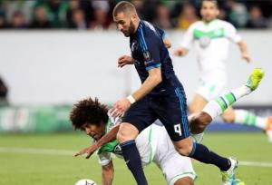 Benzema se retiró con problemas en la rodilla